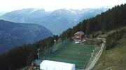 عجیبترین زمین فوتبال دنیا که گردشگران را حیرت زده میکند | ماجرای ۱۰۰۰ توپ گمشده در مرتفعترین ورزشگاه اروپا