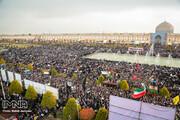 مشهود بودن تفاوت رنگ گنبد شیخ لطفالله در راهپیمایی مردم اصفهان پس از شهادت حاج قاسم سلیمانی